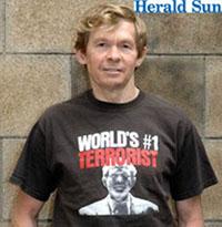 No lo dejan subir al avión por llevar esta camiseta